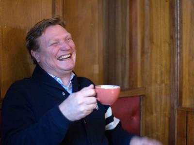 Tom Stian drikker kaffe