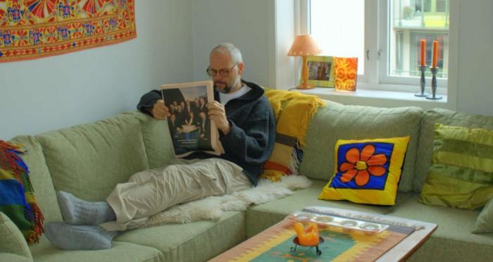 TaSK leser på sofaen