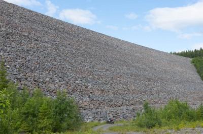 Dammen ved Dokkfløyvatnet er ganske stor og høy; naturinngrepet er betydelig.