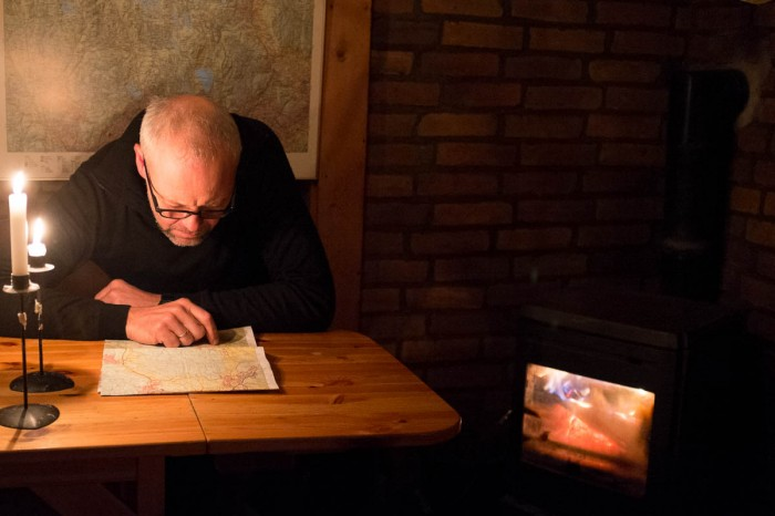 Den vanlige scenen: Middelaldrende mann med briller, stearinlys og fyr i ovnen.  Klisjé.