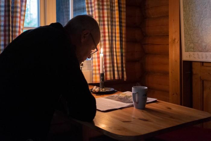 Mrykende varm morgenkaffe, Morgenbladet og blekt morgenlys