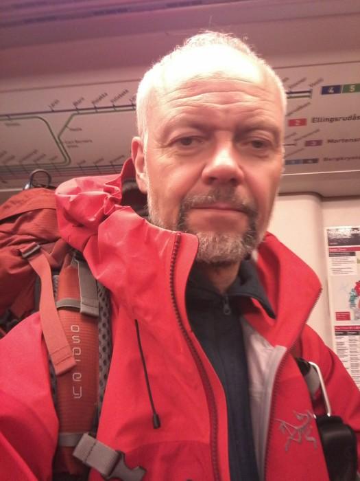 Voksen mann tar selfie på banen mellom Majorstuen og Jernbanetorget