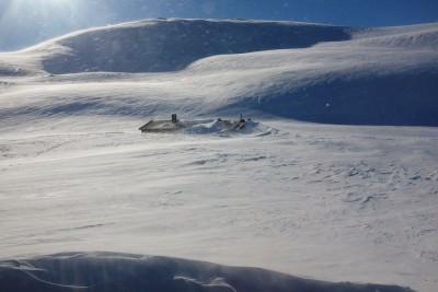 Usikkerhet er å komme til Holmavassbu om eftermiddagen 20 km fra Haukeliseter og finne hytte nedsnedd