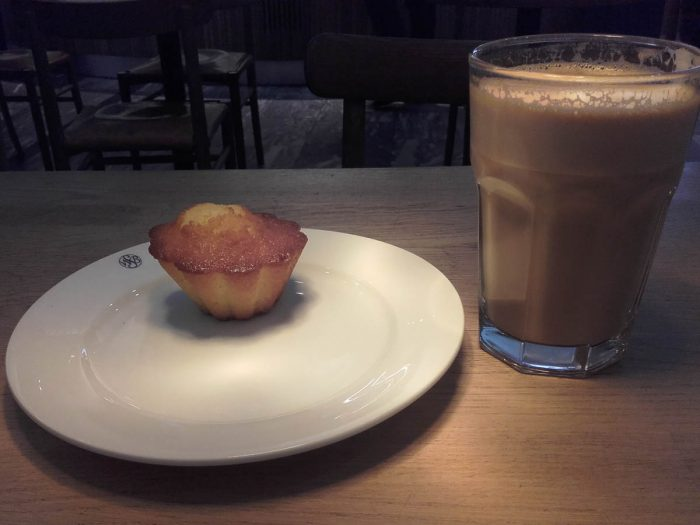 Frokost på OSL halv syv. At både sitronkaken og kaffen var god veier ikke opp at klokken er halv syv.